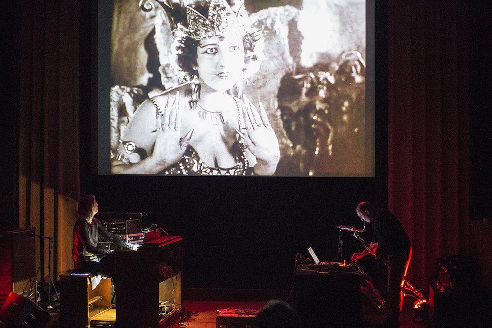 Ciclo suizo de cine mudo con musicalización de bandas en vivo aterriza en  Teatro Aula Magna Usach